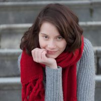 leonie-cityshooting-yousual-naturallight-munich-redscarf-nofilter